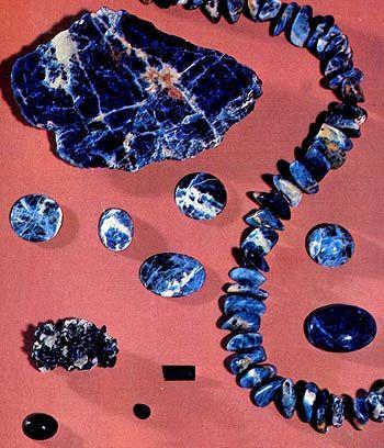 Sodalite (un minerale blu, grigio, giallo, o incolore costituito da silicato di…