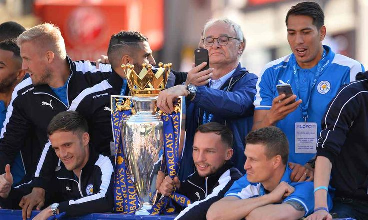 Claudio Ranieri, centre right, with some of his players