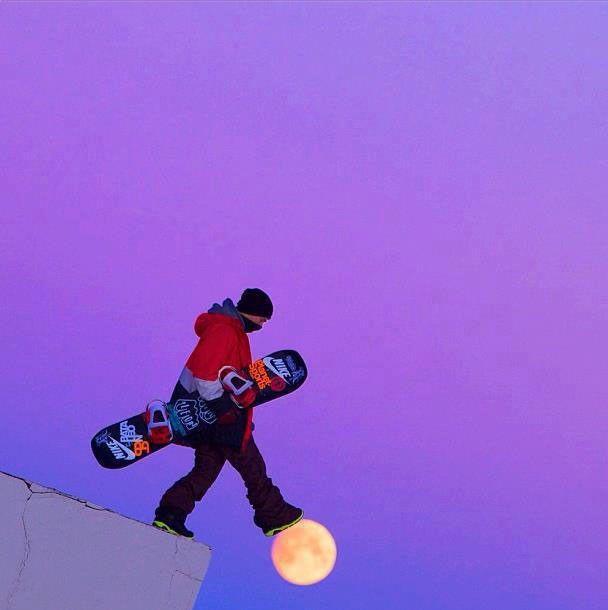 7. Un snowboard qui marche sur la lune et un joueur de baseball au bras élastique
