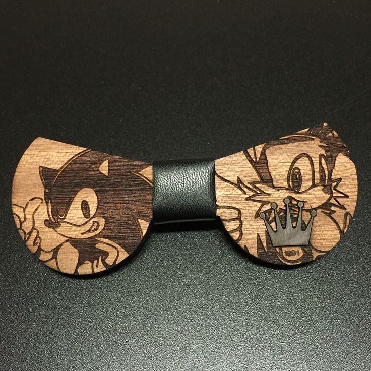 Fantastico papillon! Disegno: sonic. Materiale utilizzato: legno di ciliegio, pelle centrale, girocollo in tessuto e logo in acciaio