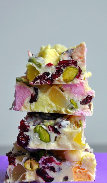 White Chocolate Rocky Road (adapted from Australian GoodFood) 400g good quality white chocolate 50 g pistachios, lightly toasted 50 g macadamias 150g multi coloured marshmallows 100 g fruit flavoured, multi coloured jelly confectionery 100 g dried cranberries
