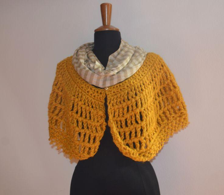 coprispalle in lana color senape e bottoncino oro con sciarpa in cotone a righe beige scuro e chiaro