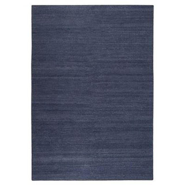 Avec ce Kelim moderne et uni bleu marine de la marque Esprit, vous donnerezune atmosphère gaie et naturelleà votre pièce ! Ce tapis en pur coton tissé main est un compagnon fidèle et indémodable, disponible dans de nombreuses tailles et couleurs. Fabriqué en Inde, récompensé par le label Good Weave, il est en coton avec mèches de5 mm de hauteur. Nous recommandons d'utiliser une sous-couche antidérapante pour tapis.