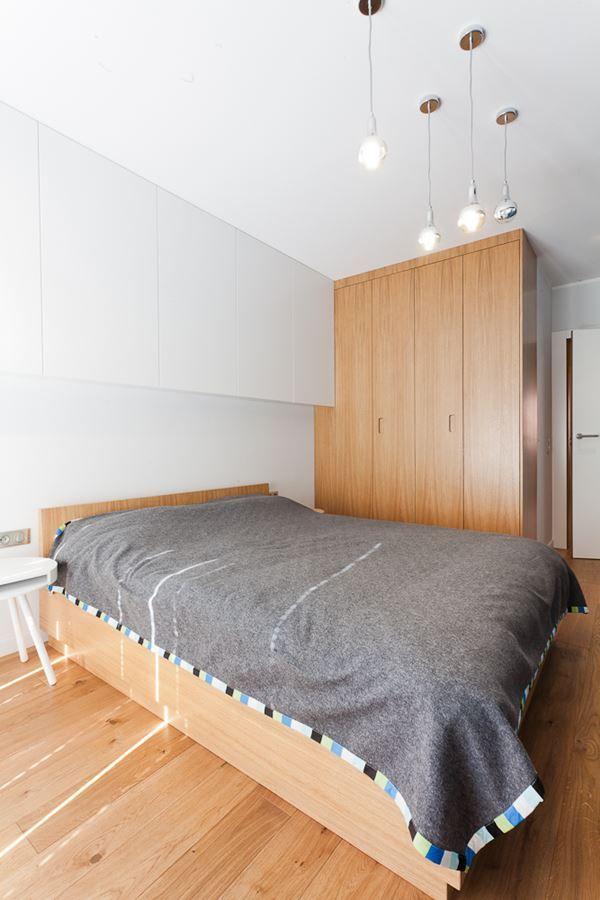 Minimalistyczna sypialnia z niebieskim akcentem - Architektura, wnętrza…