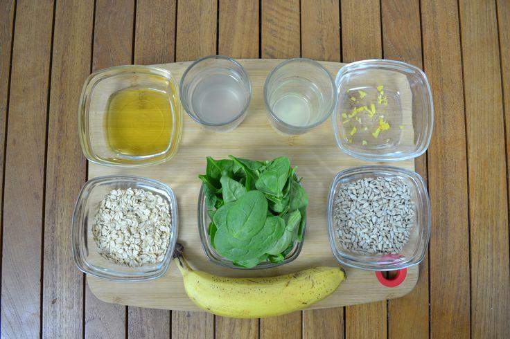 Estos son los ingredientes: agua de coco, limón, espinacas, plátano, copos de avena y miel.