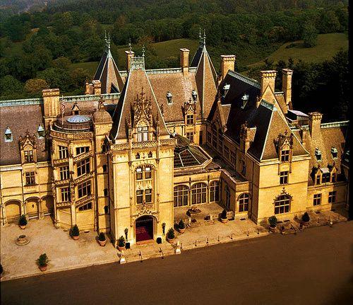 Biltmore Estate, EUA – Carolina do Norte Biltmore Estate é uma mansão de estilo Châteauesque perto de Asheville, Carolina do Norte, construída por George Washington Vanderbilt II entre 1889 e 1895. É a maior casa de propriedade privada nos Estados Unidos.