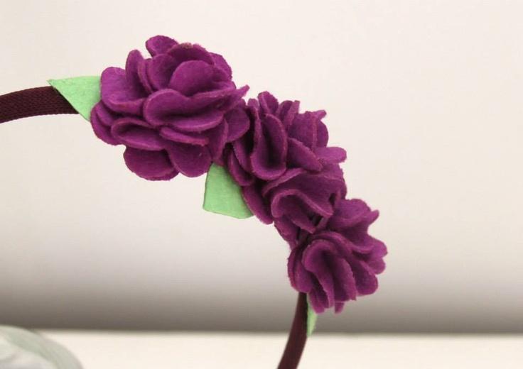 Tiara roxa com flores de feltro.