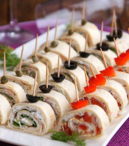 Nebaví Vás připravovat jednohubky na oslavu? Vyzkoušejte připravit rolky z tortily, je to jednodušší, rychlejší a podle mě i chutnější.