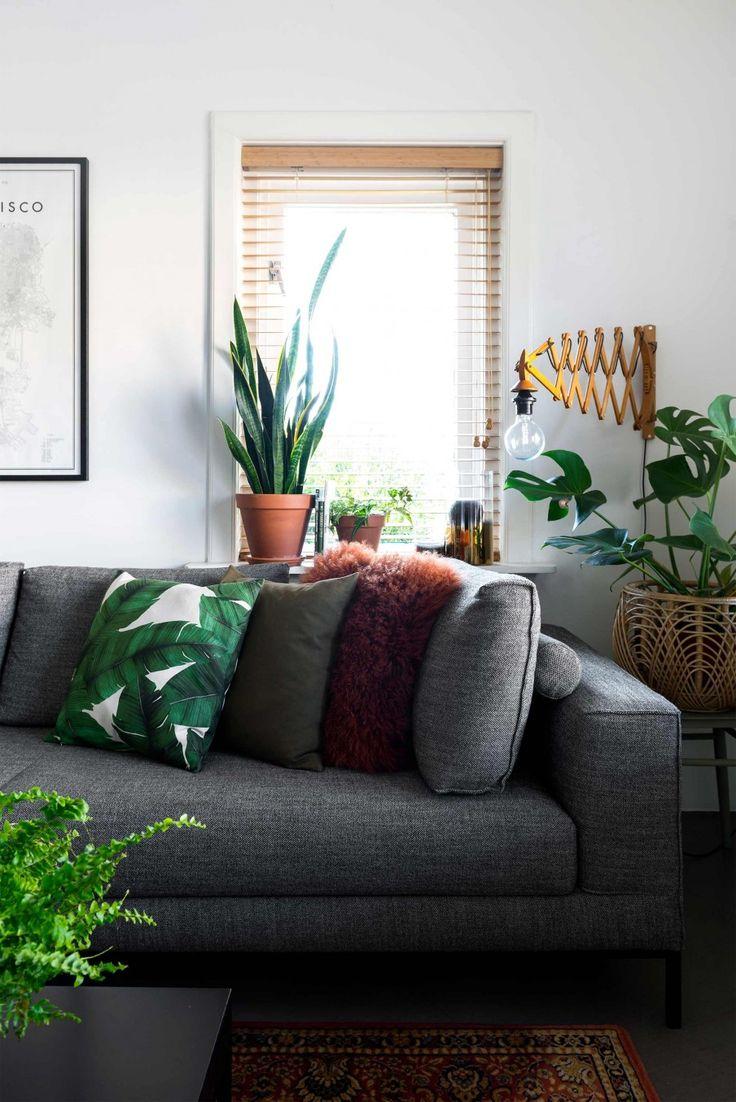 Grijze bank met groene planten | Grey couch and green plants | vtwonen 10-2017 | Fotografie Stan Koolen