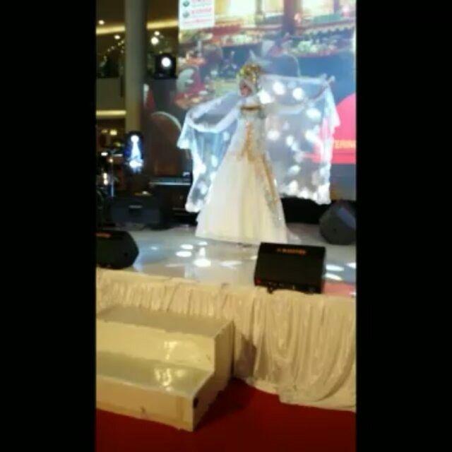 """2 Suka, 1 Komentar - KEBAYA,BRIDAL,BATIK&BAJUMUSLIM (@venzakebaya) di Instagram: """"Fashion Show Di Pakuwon Surabaya Bersama Tata Rias Rere 💗💘💝KARYA ASLI INDONESIA. DIPERSEMBAHKAN…"""""""