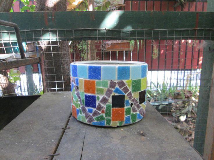 macetero( tarro reciclado) con teselas vidriadas y mosaico de cerámicas.