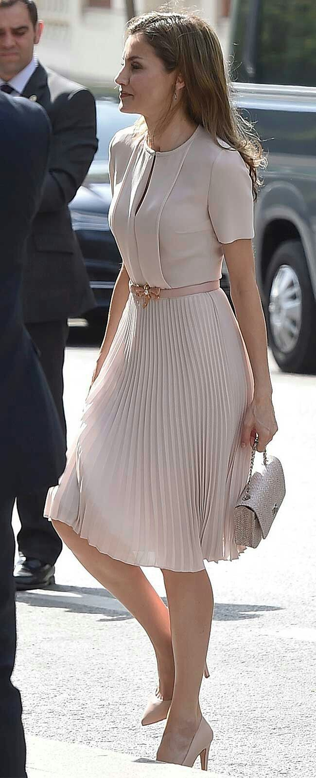 Queen Letizia - ligth #pink Boss 'Diblissea' pleated dress - Uterqüe pink leather belt with a dragonfly buckle - Lodi 'Saray' nude patent leather pumps - Magrit 'Gabriela' bag - Coolook 'Sarin' earrings