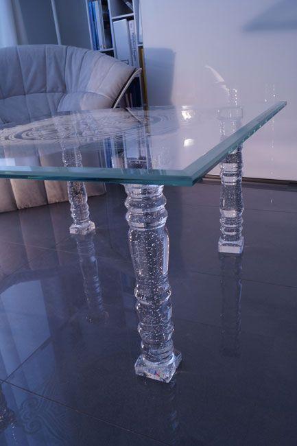 MODERNÍ SKLENĚNÝ STOLEK TB-05 | SZKLO-LUX Jaroslaw Fronczak  | Processing and wholesale of glass - Deska je vyrobena z bezpečnostního skla VSG 8.8.2 Diamant (optiwhite), síla 16 mm, fazetované hrany, ve skle je umístěná rytina. Nohy jsou vyrobeny z křišťálového skla.