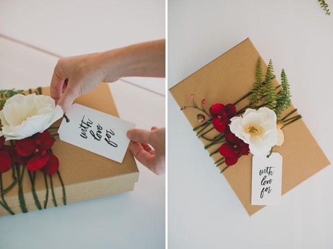 Da varias vueltas alrededor del regalo con un cordel y engancha flores en él.