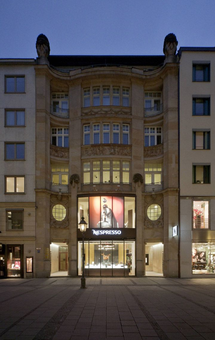 The new Nespresso boutique in Munich occupies 450 square meters of floor space. A Nespresso coffee specialist in this reception area greets guests and guides them in the right direction of the boutique, depending on their needs, preferences and time availability during each visit.