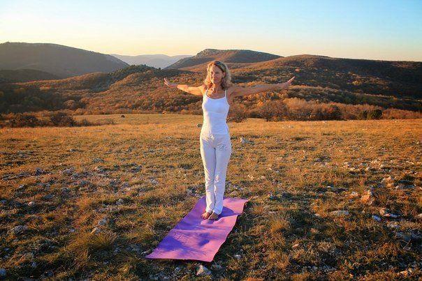 ПЯТЬ ТИБЕТСКИХ ЖЕМЧУЖИН | 1. Ритуальное действие первое С помощью первого ритуального действия мы открываемся для изменений, освобождаем свое внутреннее пространство для новых энергий. Исходное положение для первого ритуального действия — стоя, ноги на ширине плеч, колени слегка согнуты, ступни параллельны, спина прямая. Со вдохом (через нос) разведите руки в стороны, ладони смотрят в пол. Почувствуйте, как расширяется, расправляется Ваша грудная клетка. Теперь начните вращаться вокруг своей…