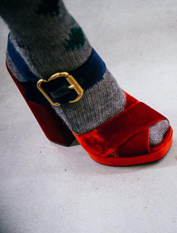 Miuccia Prada milite pour le duo sandales/collants en laine  prada-backstage-14.jpg (1522×2000)
