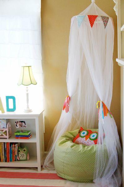Hacer rincones de lectura para niños también puede ser muy sencillo. Allí volara su imaginación y seguro que se pasaran  toda la tarde allí leyendo.