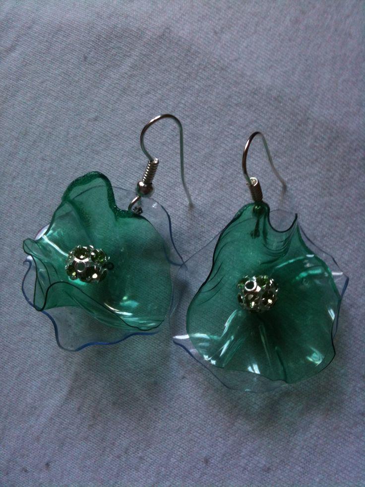 orecchini creati con bottiglie di plastica