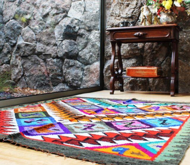 Alfombra hecha a mano. 100% lana de oveja. Su diseño único hace alusión al camino del inca.