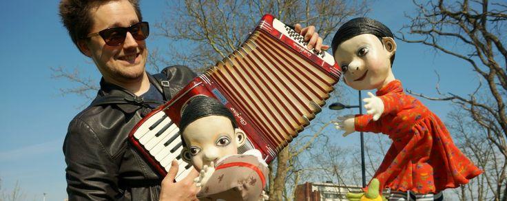 jakob speelt accordeon