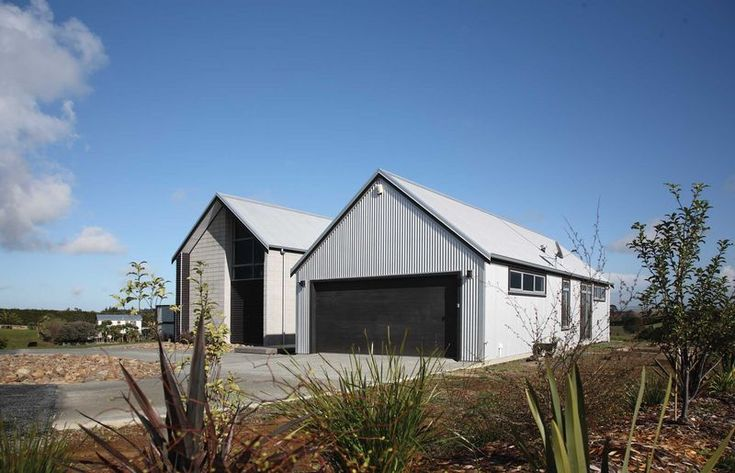 Glenbrook house with roofing and cladding in New Zealand Steel's Zincalume®. Supplied by Franklin Longrun Roofing and installed by Smart Roofing. Architecture by Jann Hurley, Pukekohe
