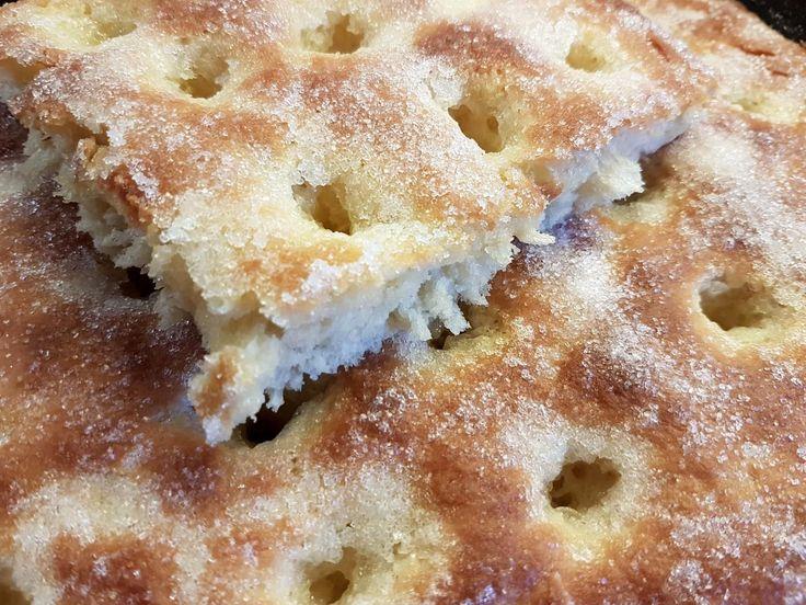 Das perfekte Mazu12-Hefe-Zuckerkuchen vom Blech-Rezept mit einfacher Schritt-für-Schritt-Anleitung: Das Mehl in einer Schüssel sieben. Darin eine Mulde…