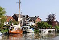 8650_7450 Ausflugsziel im Frühling - Altes Land bei Hamburg Cranz. Die Este im Alten Land ist ein beliebtes Sportboot-Revier. Segelboote und Motorboote liegen am Ufer des Flusse. en. Cranz wurde erstmals 1341 urkundlich erwähnt. Der Name weist auf die Eigentümlichkeit der Siedlung hin, die Häuser direkt an die