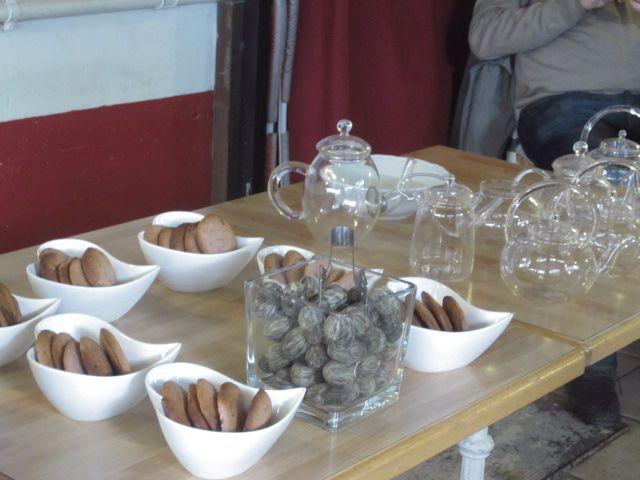 Biscotti al lampone e fiori di tè bianco. Per godere del loro spettacolo è necessario usare le fragilissime teiere di vetro...