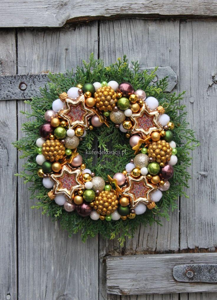 Wianek świąteczny-w odcieniach złota, różu i zieleni, z gwiazdkami z posypką. Dekoracja świąteczna ozdoba do domu, na drzwi, do restauracji, do hotelu. Świąteczny  dodatek, pomysł na prezent na gwiazdkę, pod choinkę.