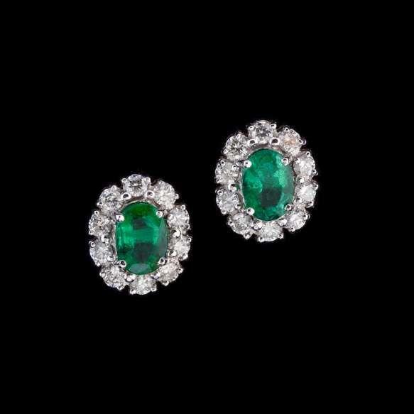 Par de brincos de ouro branco 18k, diamantes lapidação brilhante regulando 0,80ct no total e esmeraldas lapidação oval regulando 2,80ct no total. Cerca de 4,4g.