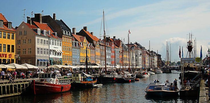 Copenhague es una de las ciudades con más encanto que he tenido el gusto de visitar. Si vas allí, visita también el barrio de Christiania, con sus casas pintadas y sus propias normas.