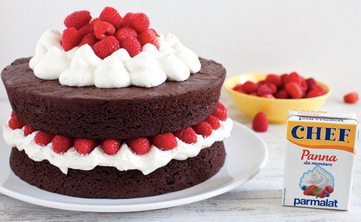 Torta di compleanno al cacao con panna montata e lamponi ricetta
