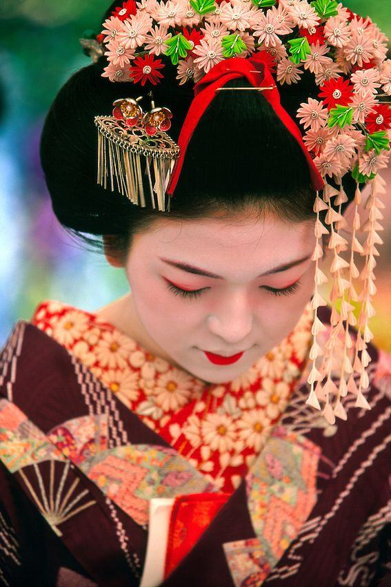 Japan | Maiko (Geisha apprentice), Kitano-Tenmangu Shrine, Kyoto | © 2004 Blaine Harrington III