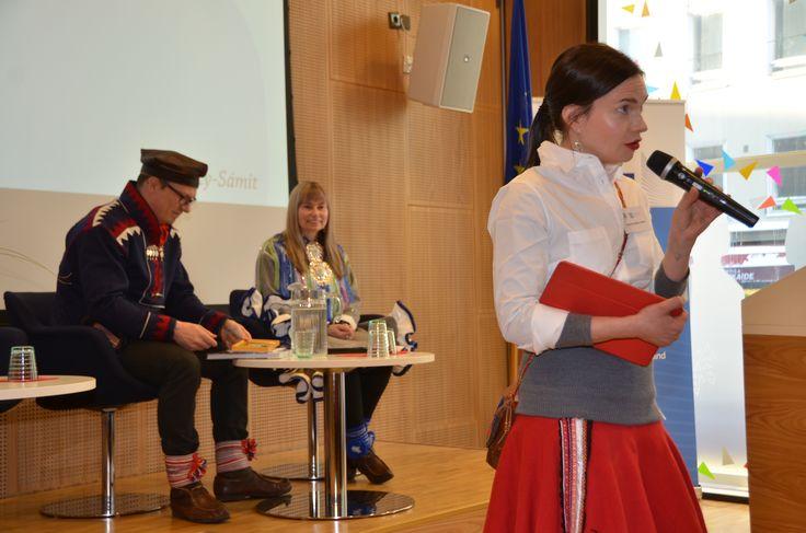 Näyttelijä OTM Anni-Kristiina Juuso teki laajan taustatutkimuksen hanketta ja dokumentin tekoa varten. Hän myös juonsi loppuseminaarin sekä vastasi yleisökysymyksiin Porot kuuluvat tuulelle -dokumentin ensi-illoissa Inarissa ja Helsingissä. #jakautuukosuomi