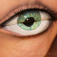 Sempre pensamos que o terceiro olho estava localizado no meio da testa, por isso, nos causa estranheza ver um olho na boca da blogueira Sandra Holmbom.