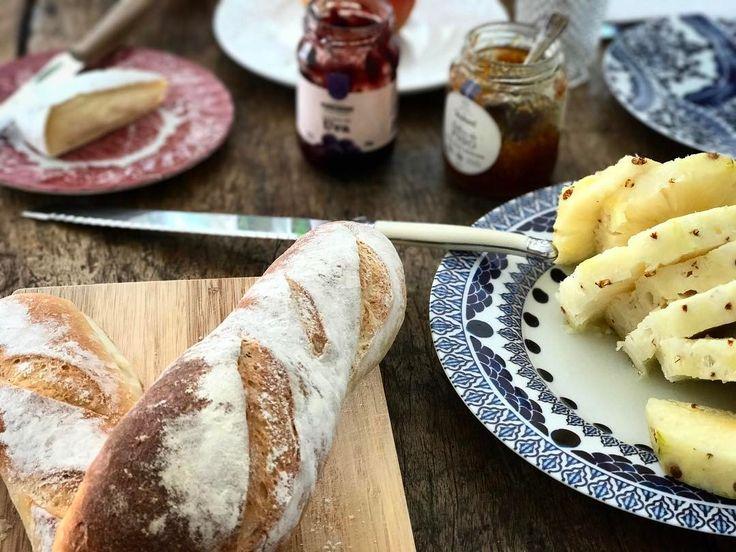 """Café da manhã com baguete @opadeiroartisan  geleia @pomerodealimentos e queijo Brie #vermont  que logo estará """"na praça""""!  #pomerode #pomerodealimentos #queijo #queijos #foodporn #pao #baguete #bread #breakfast #cafe #cafedamanha #food"""