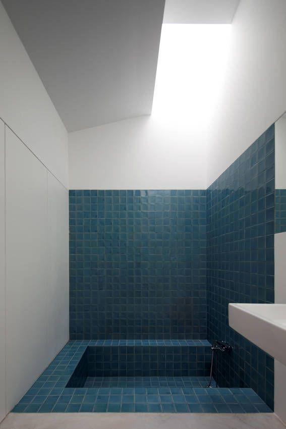 Blue bath sunk into the floor.