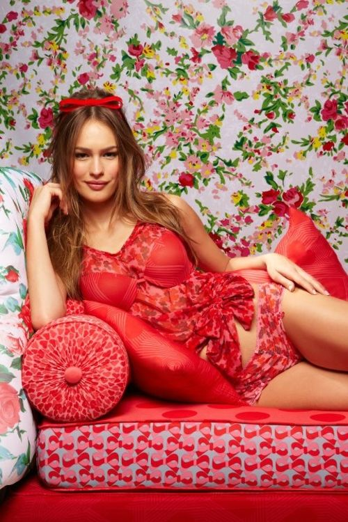 Lencería femenina con olanes rosa y estampado de flores - Foto Salinas Facebook: Sexy Underwear, De Sexy, Very Sexy, Flora, Girly Girls, Sexy Lenceria