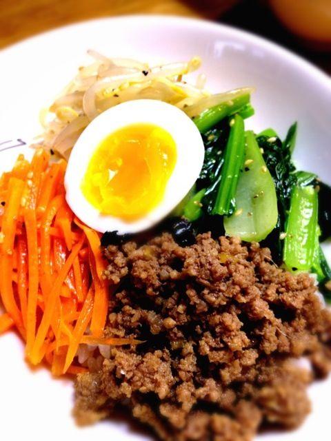牛ひき肉のそぼろ、ナムル(もやし、人参、小松菜)半熟卵を混ぜていただきます(^ ^) キムチやコチュジャンを入れてピリ辛も美味しい(^ ^) - 9件のもぐもぐ - ☆和風ビビンバ☆ by angie74