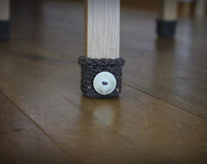 8 Stühle-Socken für 2 Stühle.  Es ist schön bunt Idee, Detail oder Geschenk für unsere Heimat. Stuhl Socken ist nicht nur sinnvoll, sondern abstrahiert Detail unseres Hauses. Dieser Stuhl Socken für Hocker Beine, Tischbeine und andere Möbel mit Beinen sein können. Praktische, Stuhl Socken Ihre Fußböden vor Kratzer und Kratzern schützt, sie werden auch erstaunlich in Ihrem Wohngebäude wie Wohnkultur suchen.  Hergestellt aus Wolle und mit Knöpfen verziert.  Diese häkeln Stuhl Socken Länge ist…