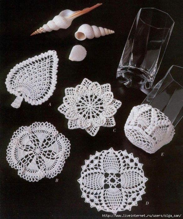 Tanti piccoli centrini all'uncinetto, da usare come sottobicchieri, Ma possono essere realizzati con cotone colorato e costituire un oggetto d'ornamento (p