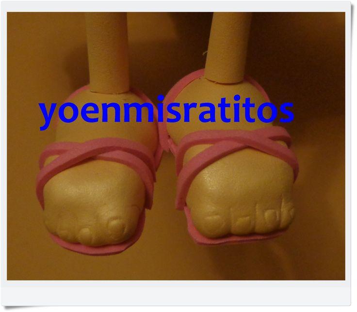 Pies fofuchos con sandalias