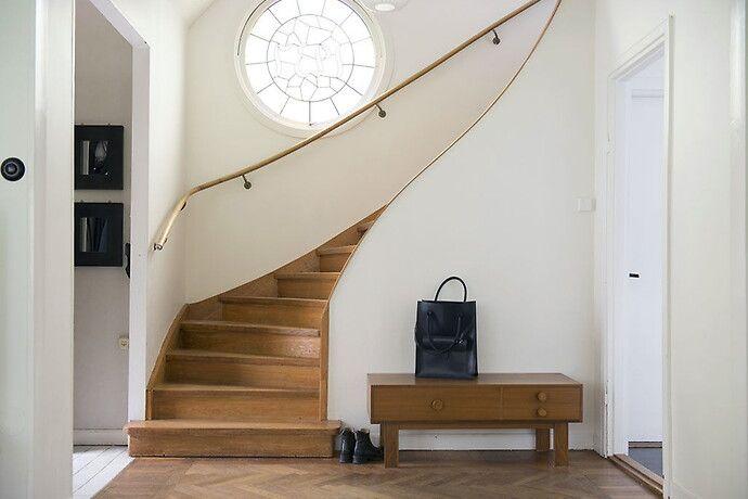 Svängd trappa funkis runt fönster