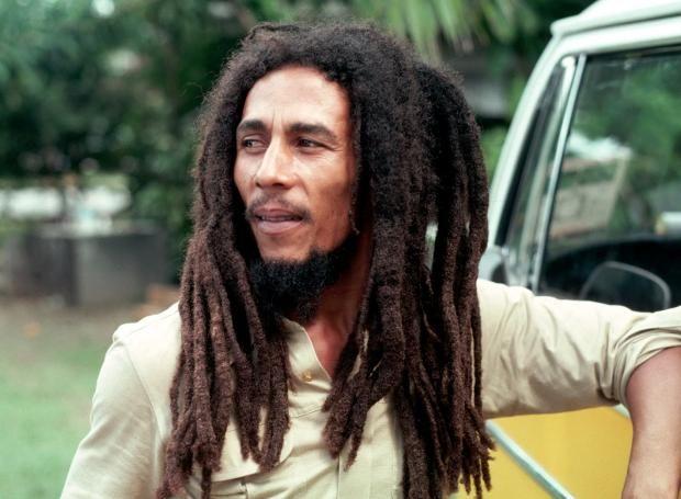 Μπομπ Μάρλεϊ (1945 – 1981): Τραγουδοποιός από την Ιαμαϊκή (Jamaica), που διεθνοποίησε τη μουσική ρέγκε και την κουλτούρα των Ρασταφάρι.