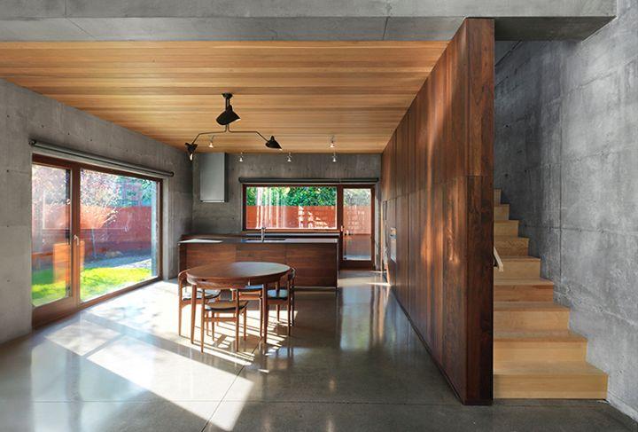 Vue de la cuisine, la salle à manger et l'escalier / Kitchen, dining area and staircase view.  Henri Cleinge Architectes - Résidence Beaumont / Beaumont Residence  © Marc Cramer