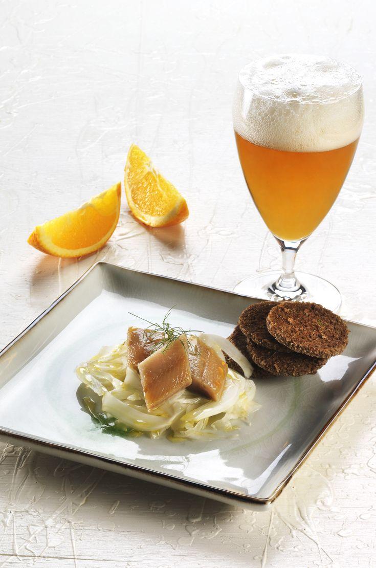 Aringa affumicata, pane nero e maionese di soia all'arancia e finocchietto. L'abbinamento ideale è con una birra d'Abbazia, corposa, dall'aroma intenso e fruttato, in grado di armonizzare il sapore affumicato dell'aringa, esaltando allo stesso tempo le note fresche e fruttate del piatto. #birraiotadoro #abbinamenti #pesce