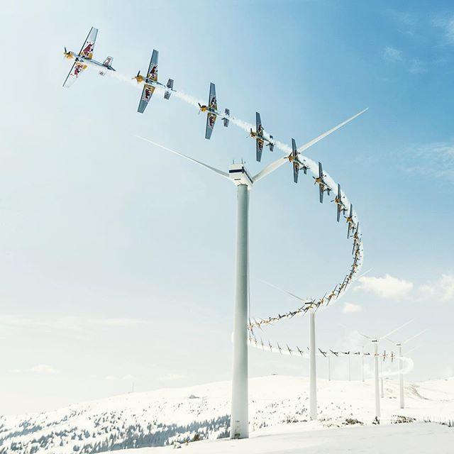 Комбинированное фото пролета самолета  между ветряными мельницами во время пилотажных соревнований в Австрии. Дух захватывает! #austria #plane #challenge #picoftheday