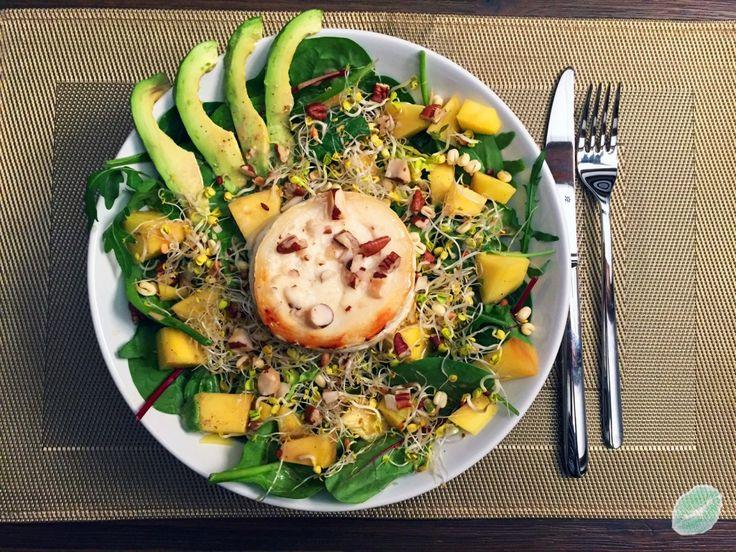 Exotischer Blattsalat mit Mango, Sprossen und gratiniertem Ziegenkäse