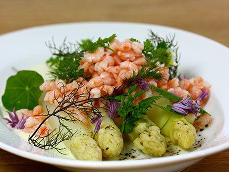 Fjordrejer med hvide asparges og sauce mousseline - Opskrift fra Skagenfood.dk